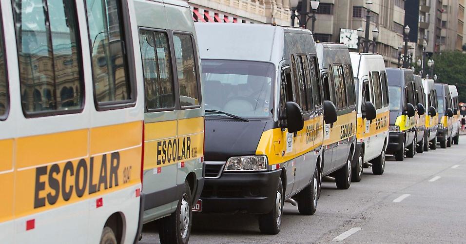 16mai2013---condutores-do-teg-transporte-escolar-gratuito-da-rede-municipal-de-ensino-de-sao-paulo-fazem-uma-manifestacao-por-reajuste-salarial-na-manha-desta-quinta-feira-16-a-categoria