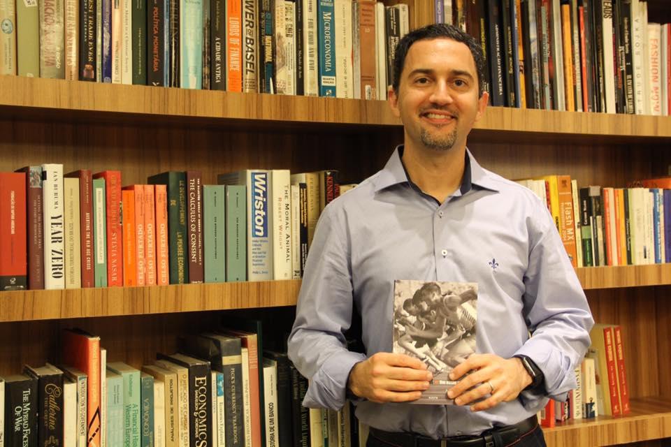 Augusto Cruz escreve segunda edição de livro