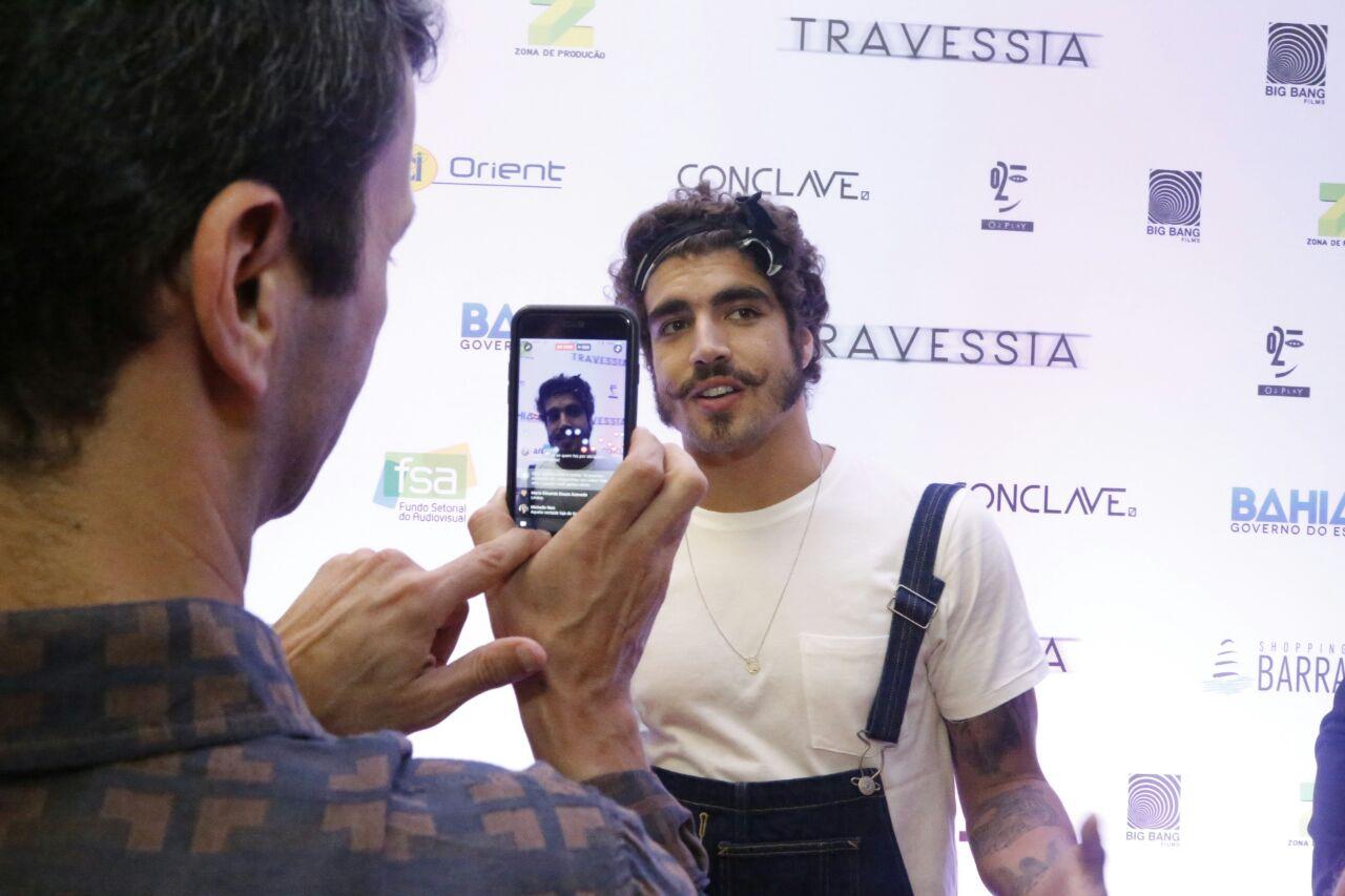 O ator Caio Castro fazendo um ao vivo para seu Instagram foto Quelli